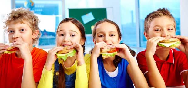 School-kids-eat-lunch